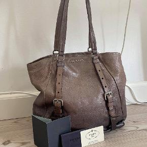 Prada Vela læder taske Rigtig flot læder taske fra Prada med autentikation bevis og læder beskrivelse. 😊Har nogle ridser i læderet, men ellers god stand  Kan sendes over Trendsales 📦