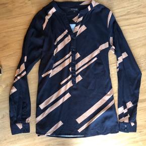 Så lækker skjorte bluse  Str xs men passer også str s.  Brugt få gange