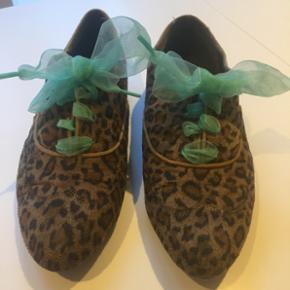 Vintage sko med leopard-look & mintgrønne snørebånd🐆🌱  De er fine, men brugt  Str. 37/38 (lille 38).   BYD  Kun afhentning 👟