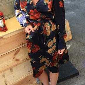 Helt ny ichi kjole med mega flot print i størrelse s men kan passe af en størrelse small-m  Np 549  Byd