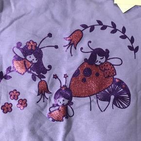 Ny langærmet bluse med sommerfugle i uld og bomuld, str 92-98. Mp 140pp  Ny langærmet lilla bluse med sødt motiv i bomuld, str 92-98. Mp 100pp
