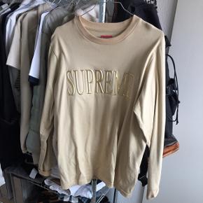 Supreme langærmet t-shirt sælges. Købt i New York i 2016. Kun brugt to gange, så fejler intet. Nypris var omkring 800kr