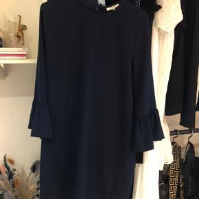 Sælger min smukke kjole fra ganni da den dsv er blevet for lille Kom gerne med bud ved interesse