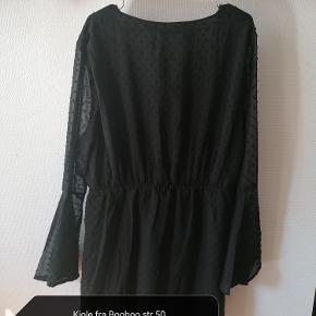 Virkelig flot sort ''dobby'' kjole fra Boohoo - er helt vild med ærmerne der er en smule trompetformet og i mesh, desværre er den bare for stor til mig så håber en anden kan få glæde af den.