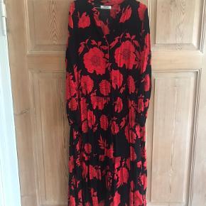 3/4 lang kjole med lange ærmer fra MSCH Copenhagen. Rød og sort blomstret. Passer en str. 38. Brugt, men god stand.