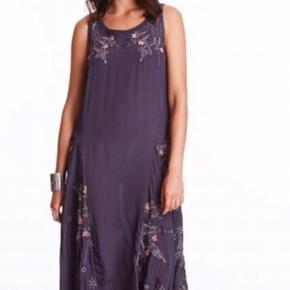 Brugt kortvarigt én gang. Smuk mørk grå (lidt lilla?) kjole med broderede blomster. 100 % cupro Kan bæres både med og uden bælte  Nypris 2400,- Bytter aldrig og prisen er fast. Køber betaler porto og TS - handler også gerne via MobilePay