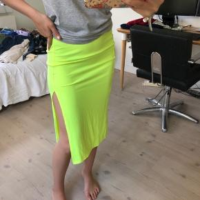 Sælger denne her skrigene gule nederdel fra H&M, den er i en str S og er i rigtig pæn stand! Byd gerne