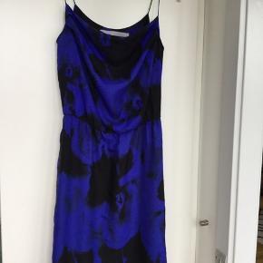 Smuk silke kjole fra Tiger of Sweden. Brugt meget lidt. Elastik i taljen og lynlås i siden. Med sort foer. Længden er ca. 93 cm fra skulder. 100% Silke