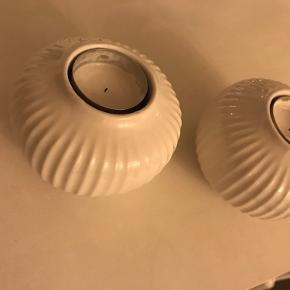 Fine lysestager fra Kähler.  6,5 cm høje.  Intet tegn på brug andet end lidt mærker under lysestagen. Np: 300 for 2