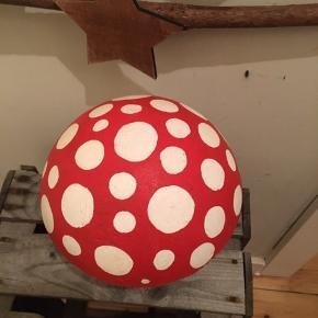 Flot dekorativ beton champion-hvid med røde prikker Højde 24 cm-vægt 4,2 kg