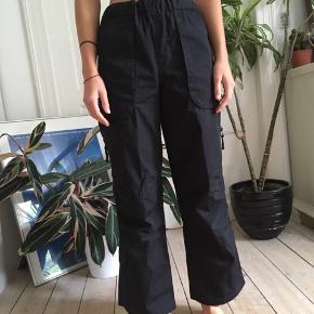 Fede 90'er bukser. Der er et mikroskopisk huld bagpå- sender gerne billeder