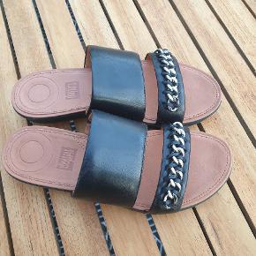 De lækreste sandaler i læser med en smuk kæde på. Den bedste komfort. Jeg bytter ikke..