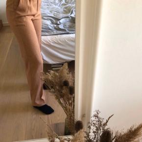 Fine bukser fra NA-KD. Str. 36 men er en smule store i størrelsen.  Style: Mid Rise Creased Suit Pants i farven Red melange.  Aldrig brugt, da de er lidt for store til mig. Tror jeg gav omkring 400 kr for dem for ny. BYD