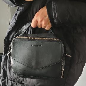 Daniel Silfen Holly taske. Pæn stand.