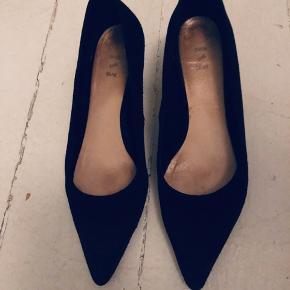 fejler intet men kan ses de er brugt på sålen og en smule på selve skoen da det er ruskind men ikke slidt. svarer til en 37.