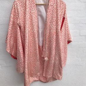 Smuk japansk kimono 🔆  Der er desværre tre sorte streger på, midt på foran.   Jeg tænker at de kan fjernes ved rens, jeg har bare ikke turer.   Der af prisen 🔆  Mål midt på nakken og ned bagpå er den 98 cm. Bryst målet er 48 cm.