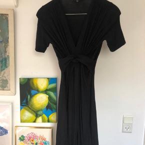 Ingen huller eller tegn på slid!  Klassisk Ilse Jacobsen kjole, med det gode snit ved brystet  Np 900