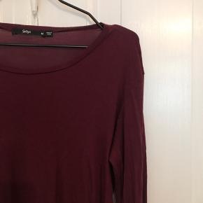 Virkelig lækker og blød bordeaux boho trøje med flotte brede ærmer. Købt i sportsgirl i Australien men aldrig brugt! Nypris omkring 300 kr. Sælges udelukkende grundet flytning 💕
