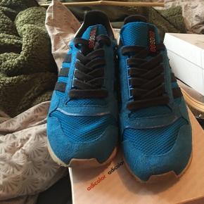 """Adidas ZX Adv """"Run Thru Time - 90's"""" pack.  Lækker Adidas sko fra 2013. Står i rigtig god stand. Flere billeder kan sendes via mail. Boks medfølger ikke.   Jeg er samler, så passer godt på mine sko. Nye som gamle. Alle sko vil blive rengjort og renset i hånden inden salg.   Jeg er i gang med at sælge en stor del af min samling, grundet operation (og pladsmangel).   Prisen her er 499,- for en sko der ikke er til at opdrive, så skal du have en sko du ikke ser alle andre gå i, så smid en besked. Priser kan forhandles.   Forsendelse betales af køber, eller der er mulighed for at mødes i Århus C.   Kig eventuelt mine andre annoncer for flere sko."""
