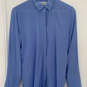 Lovely light blue silk shirt from & other stories. Neither tight nor oversize, just a true standard 34. Needs to be steamed, otherwise flawless. Price is fixed, can be picked up on Østerbro. You can write to me in Danish if you prefer :)
