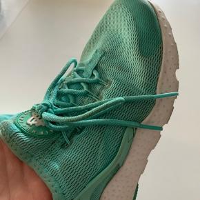 Sælger dine Nike Huarache  De er en en str.38,5   Nypris var 999,95 kr  Prisforslag: 100 kr   På billederne ses at de har mindre tegn på slid  De er omkring 2 år gammel, men passet utrolig godt på  Kom med et bud   Spørg gerne for mere information 😊
