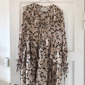 Rigtig fin efterårskjole fra Munthe i str. 34. Kjolen er kun blevet brugt 2-3 gange. Sælges, da jeg desværre ikke får den brugt nok. Nypris 1899 DKK
