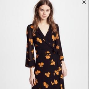 Super smuk Ganni kjole sælges da jeg desværre ikke får den brugt nok. Passet alt mellem S-L (det er en bindekjole og den er lang) Ny pris: ca.1800 ca. BYD gerne!!