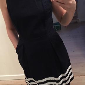 Kjolen er købt i USA og er en str 2 (USA str). Passer en str small.  Brugt få gange. Fremstår som ny.