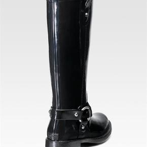Lækre Michael Kors Wellington boots i glossy sort.  Kommer med original skobox.  Michael Kors Wellington boots Farve: Sort