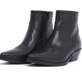 Super fed støvle i western/cowboystil. Støvlen er rigtig komfortabel og har rigtig mange rå detaljer! Super seje både til bukser og kjoler.  Har kun prøvet dem indenfor en enkelt gang, så fremstår som nye.  Nyprisen var 1600,-