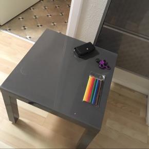 IKEA natbord/sofabord Har nogle brugsmærker og er ikke helt ny mere  Men den er på ingen måde ødelagt eller grim Der er blevet sat hjul under den,bud gerne skal bare af med den  Skriv for info