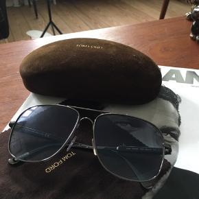 Ingen ridser og aldrig brugt - står som ny. Jeg har begge æsker og kvittering.  Brillen har et rigtig fint lyseblåt glas - Model Tom Ford 3250 (Stel 1)