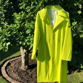 Sælger denne smukke regn jakke fra Rains. Jakken er aldrig blevet brugt og er i en størrelse xs/s. ✨⚡️😊