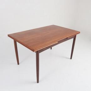 Rigtig pæn og velholdt spisebord i teaktræ med Hollandsk udtræk sælges, da vi har købt nyt spisebord. Jeg er åben overfor realistiske bud.