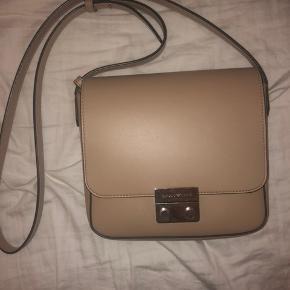 Hej jeg sælger denne beige armani taske. Den er brugt maks tre gange og er derfor i meget fin stand. Byd gerne:)