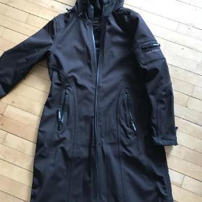 Varetype: Frakke Farve: Sort Oprindelig købspris: 1799 kr.    Lækker sort ilse jakcosen frakke. Str 38.  Næsten som ny. Fejler intet.  Sender gerne PP
