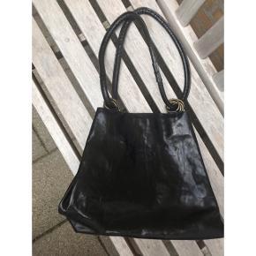 """""""Burkelys leather House"""" Stor og rummelig taske i sort læder, fremstår som ny."""