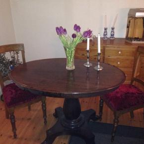 Antik bord og 2 stole. Er velkommen til at komme og se.  Stole polsteret brodorød. ( ikke slidt)  Meget tungt ( kvalitet )