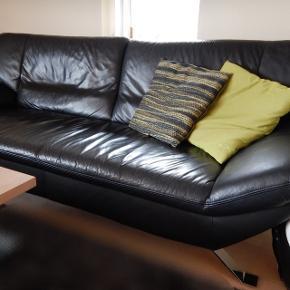 To lædersofaer sælges. • 218 cm lang, 88 dyb.  • 185 cm lang, 88 dyb.   Den lille sofa fås med gratis, da den har et løst armlæn, men læderet fejler intet. Afhentes selv. 500kr!