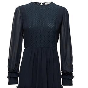 Super flot 'Penny' kjole fra Munthe i helt mørk blå. Nyprisen er 1.599 kr. Billedet af den gule er for at vise kjole på. Kom med et bud :-)