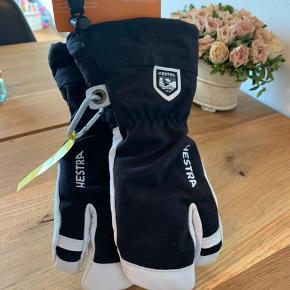 Hestra skihandsker. Army leather heli ski jr str. 7, 3 fingers. Handskerne er købt i tidlig julegave og kan desværre ikke byttes mere☺️