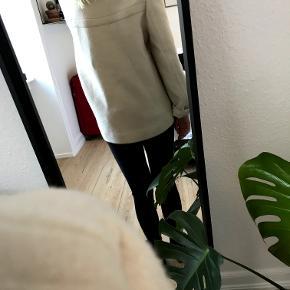 Super fin overgangsjakke fra Mango i creme/sandfarvet. Jeg er 162 cm. og den er til den store side til mig.  Prisen er eksklusiv fragt.