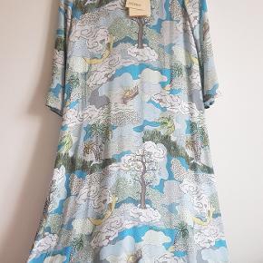 Sælger denne fine kjole fra Stine Goya. Den er super let og med loose fit.  Str er xs, passer str xs og small.  Bytter ikke :)  Dog ved køb af flere ting kan vi godt tale lidt andre priser. :)