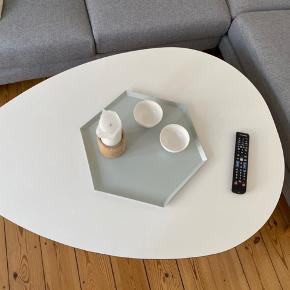 Sofabord som måler ca 80*110 cm. Hvid med tre sorte ben. Fin stand med meget svage overfladiske ridser