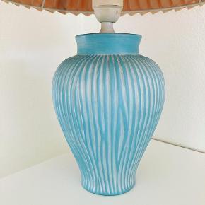 Blå bordlampe i keramik 🦋 u/skærm.  200,- Bemærk: Vi sender ikke. Kan afhentes i Højbjerg/Aarhus. #loppelegtilsalg   #interiør #boligindretning #boliginteriør #bordlampe #lampefod #blålampe #lampe #vintagelampe #aarhus #holme