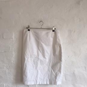 Hvidt nederdel 🤍 Størrelse 38, men dog lidt stor i livet.. så en 40 ville også kunne passe 💫 ! Sygningen er gået lidt op ved lynlåsen, derfor den sælges til 40kr !   - Jeg er 173 cm, og bruger str s-m - Kan afhentes i kbh eller sendes med dao *køber betaler fragt