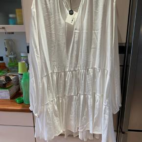Hvid kjole sælges. Aldrig brugt - tags i endnu. Str. S/M - stor i størrelsen. Viskose og polyester. Spørg gerne.