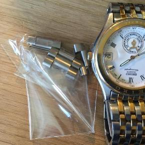 Varetype: ur Størrelse: 4 cm bred Farve: sølv guld Oprindelig købspris: 2500 kr.  Lækkert herreur fra Seiko i god kvalitet, der skal nyt batteri i. Ekstra lænke følger med.
