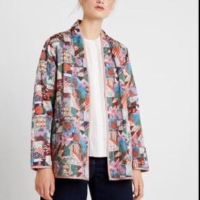 """Udsolgt Noa Noa jakke i det fineste mønster, kan vendes og begge sider kan bruges.  Jeg har brugt den som overgangsjakke og som en slags """"cardigan"""""""