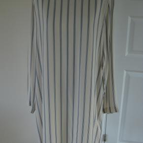 Helt ny kjole, vasket een gang. aldrig haft på.